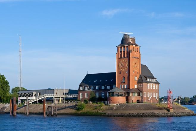Die Lotsenstation auf dem Seemannshöft in Hamburg-Waltershof ist ein 1913–14 errichteter Klinkerbau mit dominantem, 24 m hohem Signal- und Beobachtungsturm des Architekten Fritz Schumacher. 1960 wurde östlich des Gebäudes eine Erweiterung gebaut. In der Lotsenstation sind neben den Hafenlotsen der Schiffsmeldedienst und die nautische Zentrale untergebracht. Vor dem Lotsenhaus an der äußersten Spitze der Landzunge steht das Leuchtfeuer Seemannshöft als Einfahrtsfeuer für den Köhlfleet.